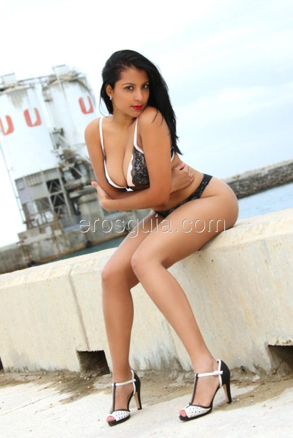 Una chica de la piel canela, digna de una hermosa mujer cubana, en la cama...
