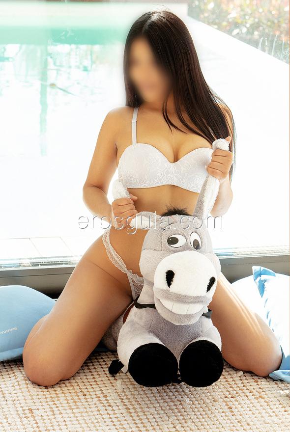 Es una joven escort latina de 19 años con unas ganas locas por disfrutar...